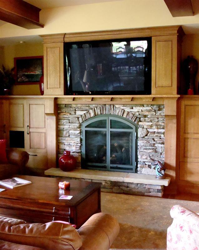 Tv encima de chimenea mueble de saln con televisor y - Poner chimenea en casa ...